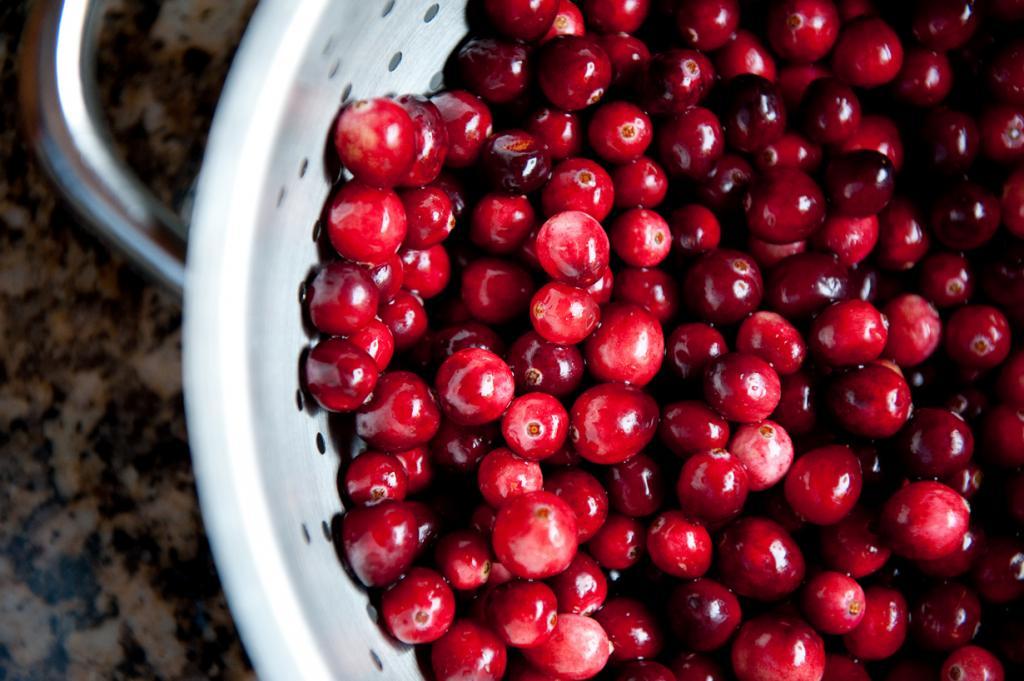 Клюква. Плоды этого растения богаты высоким содержанием витаминов С и РР. Её можно замораживать, готовить соусы и морс. (catharticflux)