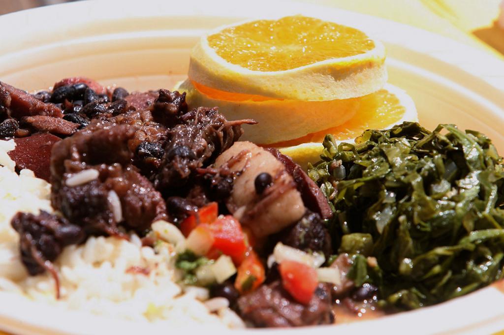 Фейжоада — всем бразильским блюдам блюдо. Яство представляет собой сочетание фасоли с различными видами мяса, мукой маниоки и специями. В качестве гарнира подают рис и апельсины. (Fotos GOVBA)