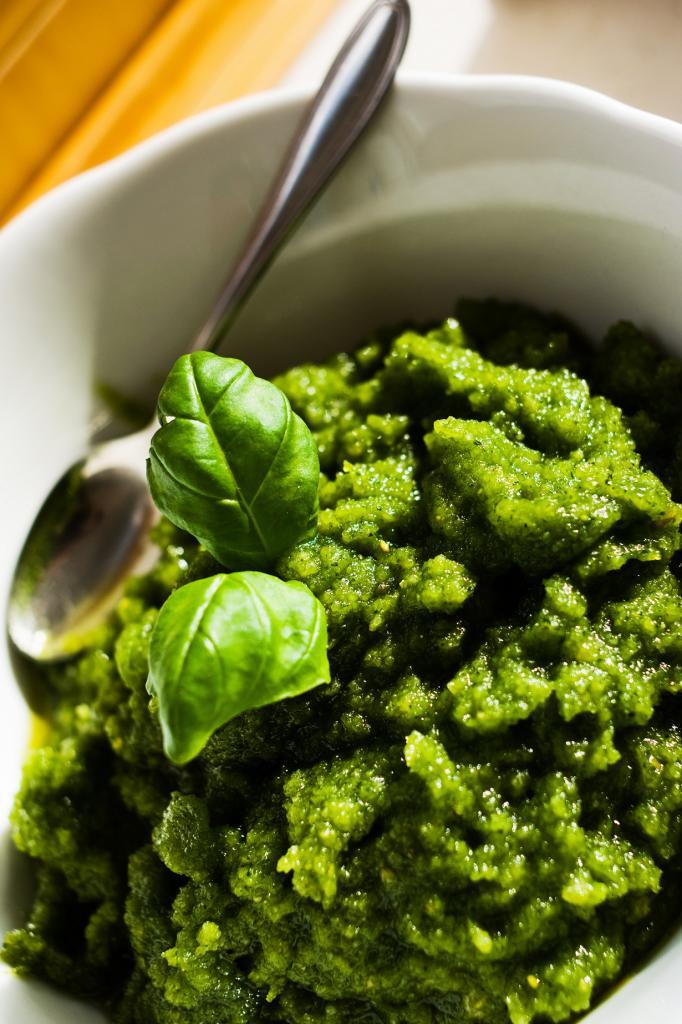 Песто — традиционный соус на основе свежего зелёного базилика, оливкового масла, кедровых орехов и сыра. (Yannic Meyer)
