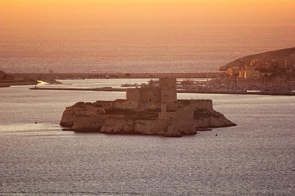 Расположен на на острове Иф Фриульского архипелага в Средиземном море. (Selden Vestrit)