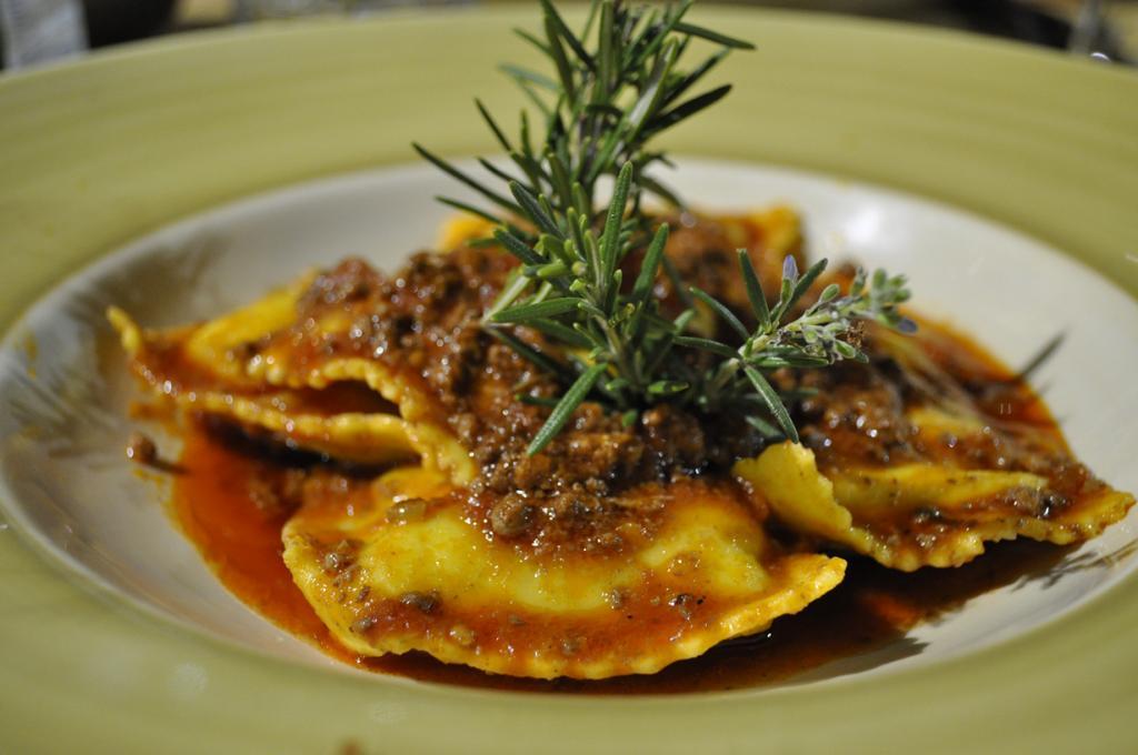 Равиоли — итальянский аналог пельменей. В качестве начинки используют мясо, рыбу, морепродукты, творог, сыры, овощи. (Sid)
