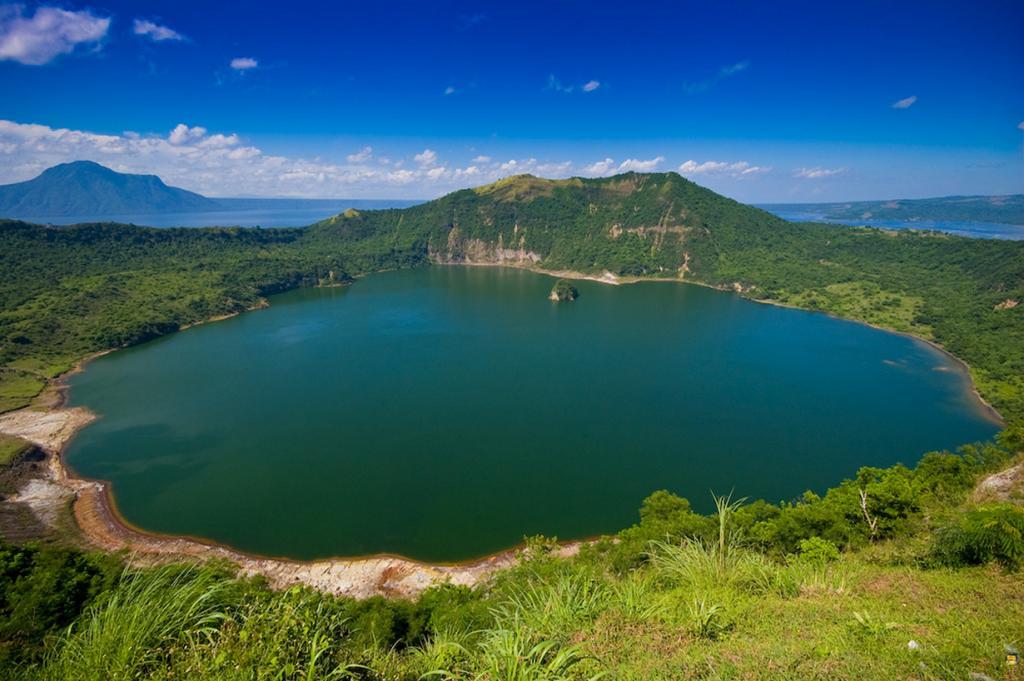 Считается одним из самых маленьких действующих вулканов в мире. Его площадь составляет площадь 23 кв. км. (Deck Chua)