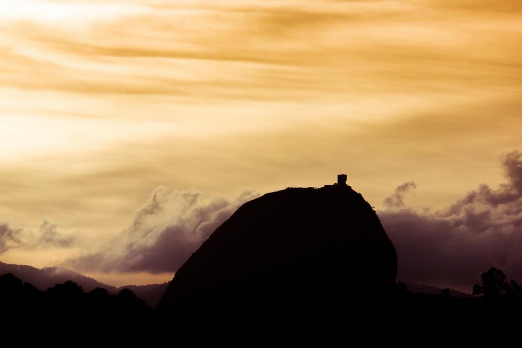 Колумбия. Антьокия. Скала Эль-Пеньон-де-Гуатапе. (Juan Castillo)