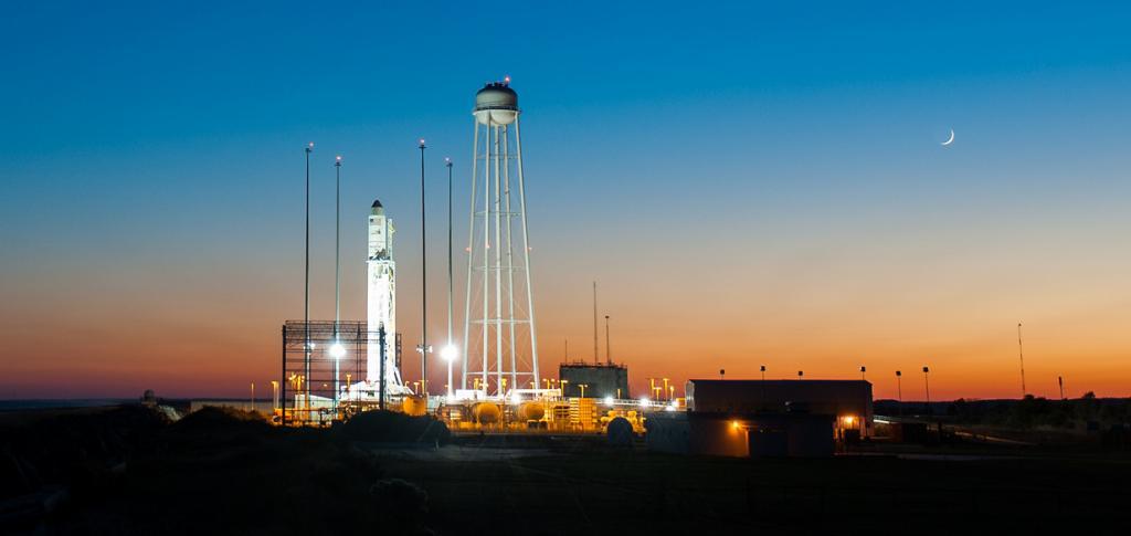 США. Уоллопс, Виргиния. Ракета-носитель «Антарес» с частным грузовым космическим кораблём «Сигнус». (NASA/Joel Kowsky)