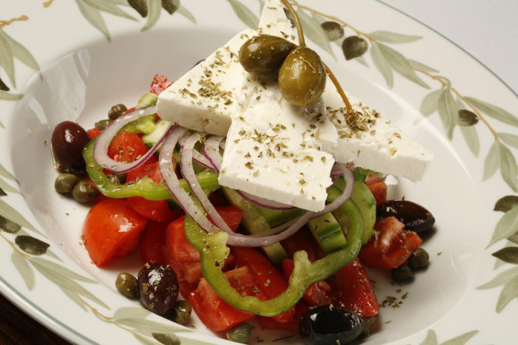 Греческий салат — звезда греческой кухни. Этот салат пестрит красками, так как включает в свой состав свежие огурцы, помидоры, красный лук, болгарский перец, маслины и, конечно же, сыр фета. В качестве заправки используют оливковое масло. В некоторых вариациях греческого салата можно увидеть листья салата, каперсы. (Zagat Buzz)