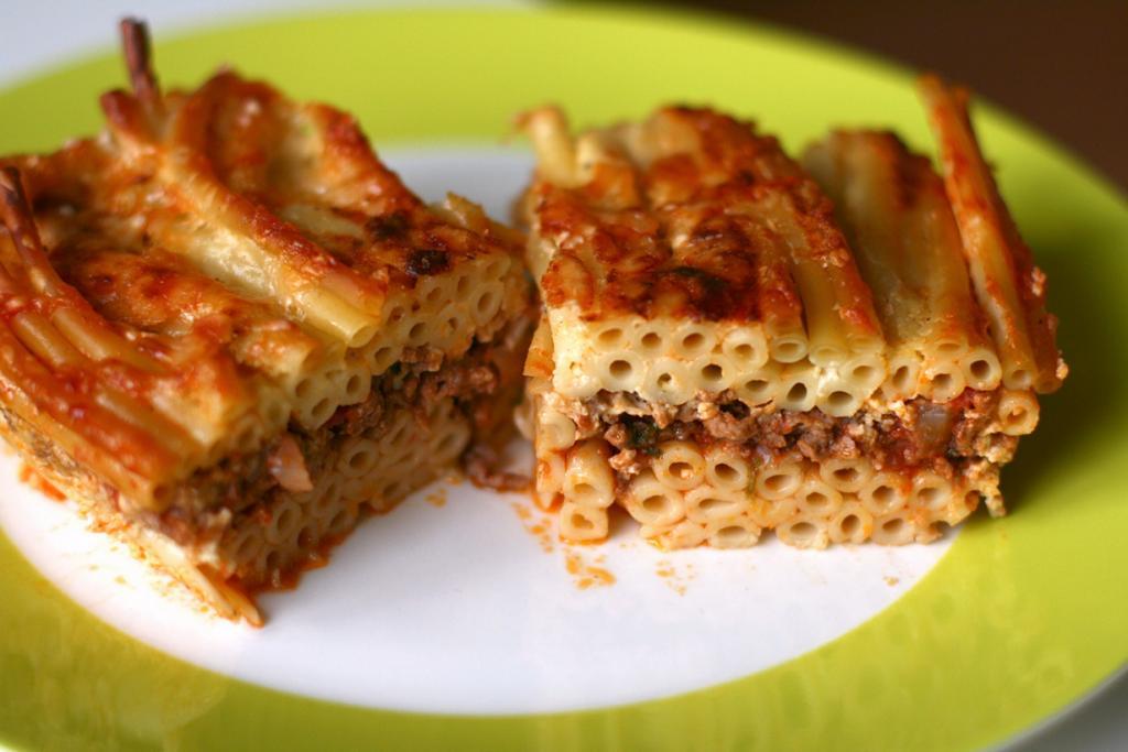 Паститсио — запеканка на основе макарон трубчатой формы, запечённых с сыром, рубленым мясом под сливочным соусом. (Katrin Morenz)