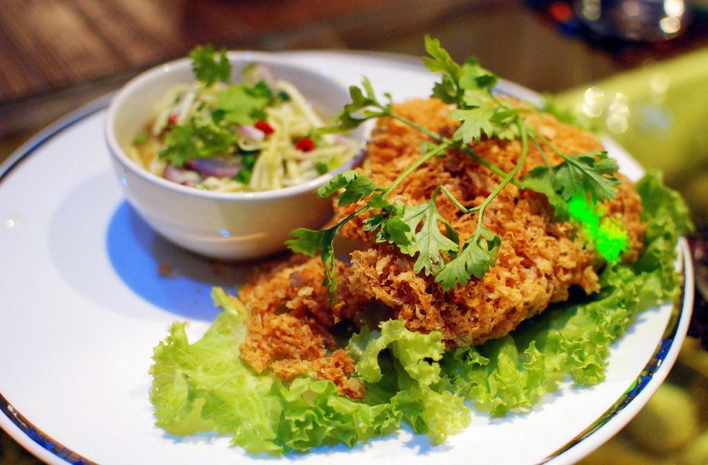 Хрустящая жареная рыба. Подается с кисло-сладким салатом из манго. (Takeaway)
