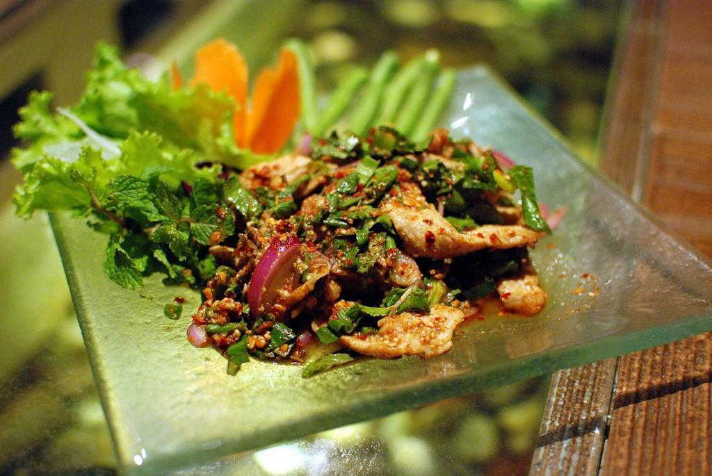 Салат на основе жаренной свинины, лука-шалота, листьев мяты, рыбного соуса, и чили.  (Takeaway)