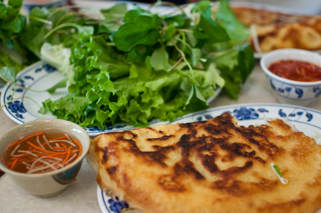 Бань сео — жаренные во фритюре блины из рисовой муки с разнообразной начинкой. (Michelle Lee)