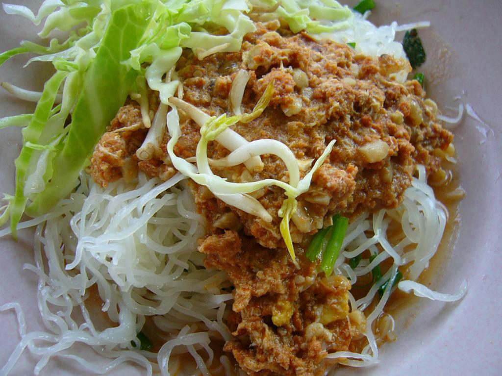 Рисовая лапша с рыбным соусом, овощами и зеленью. (Takeaway)