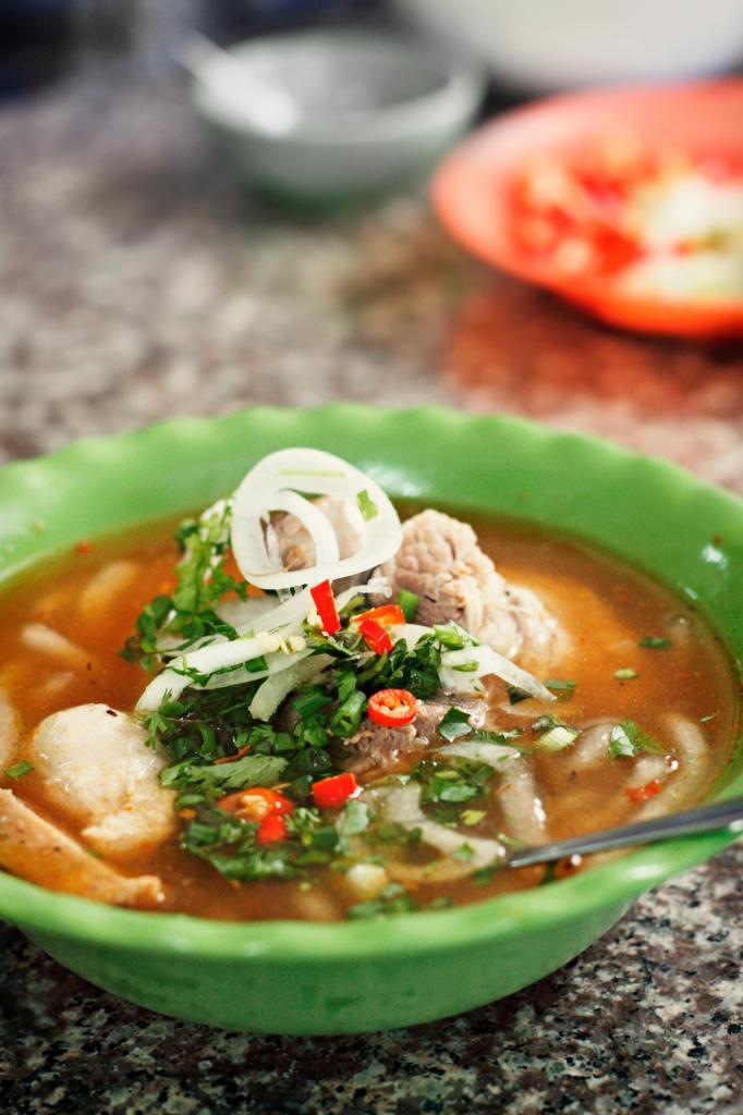 Бань кань — густой суп с лапшой и разнообразными видами мяса или морепродуктов. (Thy Khue Ly)