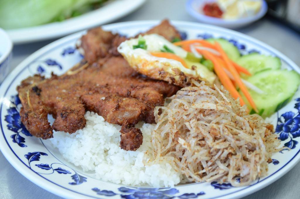 Ком Там — блюдо, состоящее из риса, жаренной свинины, яйца и овощей. (Alpha)