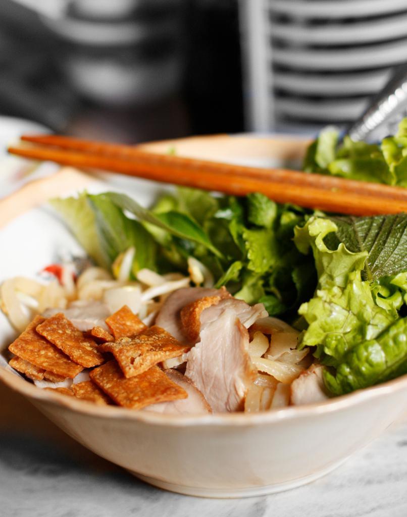 Као Лау — лапша со свининой и зеленью.  (Thy Khue Ly)