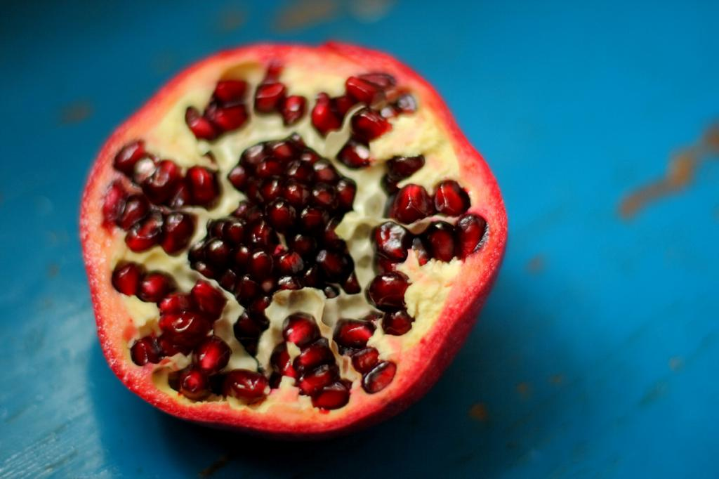 Гранат. Плод содержит витамины А, B1, B2, B6, B15, С, Р а также микроэлементы —  бор, железо, калий, кальций, магний, медь, молибден, натрий, фосфор, цинк. (Antti T. Nissinen)