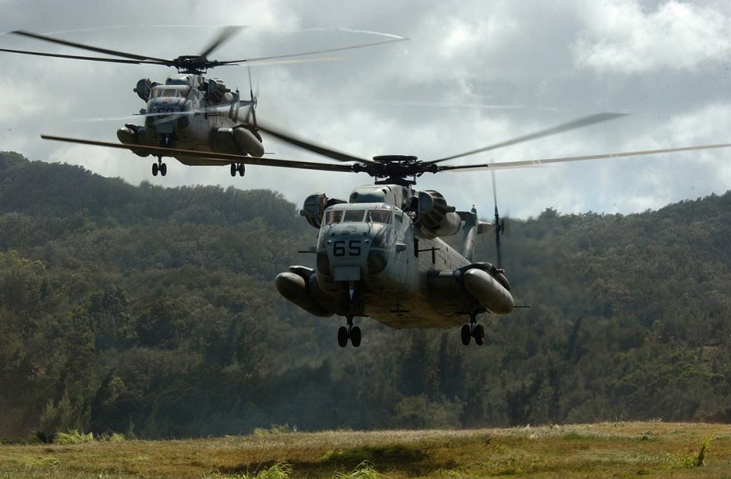 Вертолёт CH-53 Sea Stallion — многоцелевой транспортный вертолёт, разработанный для Корпуса Морской Пехоты, Береговой охраны и ВМС США. (Richard J. Brunson)