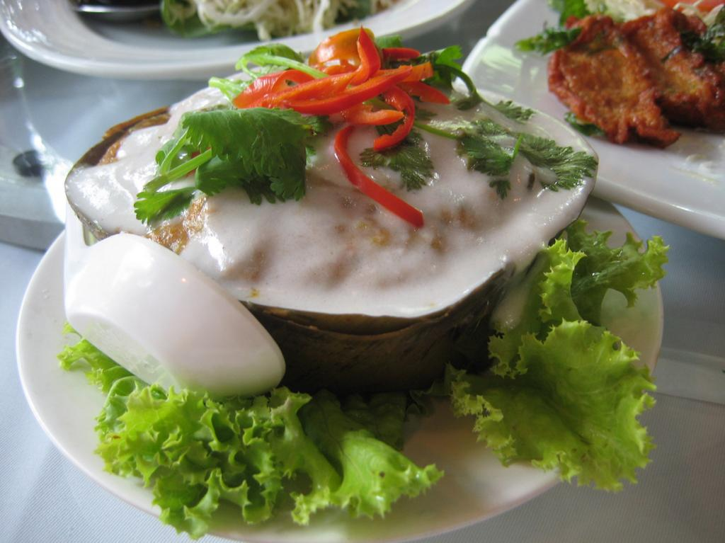 Паштет на основе рыбы, кокосового молока и яиц. Готовится на пару и подается с кокосовым кремом в банановых листьях.  (Takeaway)
