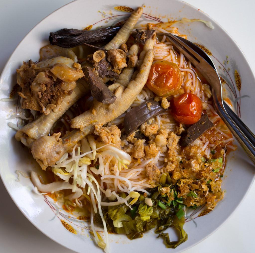 Перебродивший рис в сочетании с лапшой на основе свиной крови с тофу в соусе со свиным бульоном и помидорами. (Takeaway)