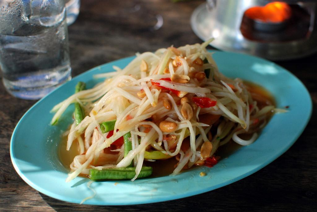 Сом Там — тертый салат на основе папайи, арахиса, рыбного соуса, чеснока, чили, сока лайма и фасоли. Различают три вида этого салата: с мясом краба, с сушеными креветками, с соленой рыбой гурами.  (Takeaway)