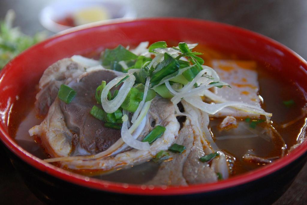 Суп из  говядины и лапши. Блюдо родом из Хюэ. (Alpha)