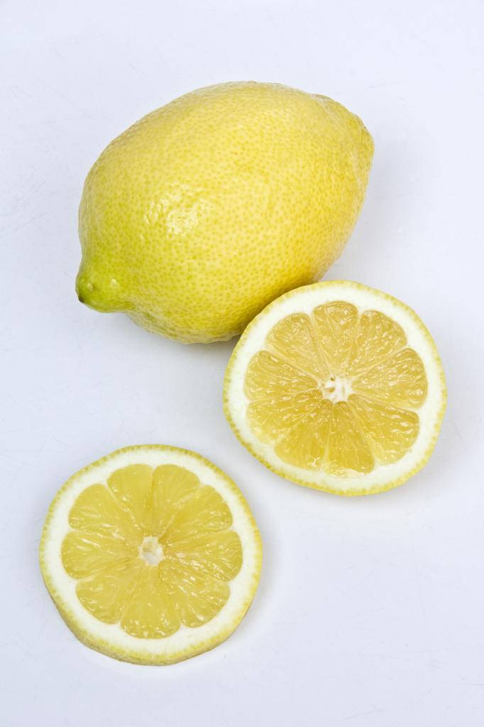 Лимоны. Плод содержит витамины А, В1, В2, В5, В6, В9, С, РР, а также микроэлементы — железо, калий, кальций, магний, натрий, фосфор. (Angela Gerhardt)