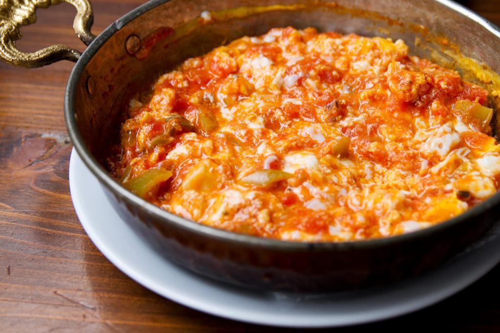 Менемен — традиционный завтрак на основе яиц, помидоров, лука, перца. (Robyn Lee)