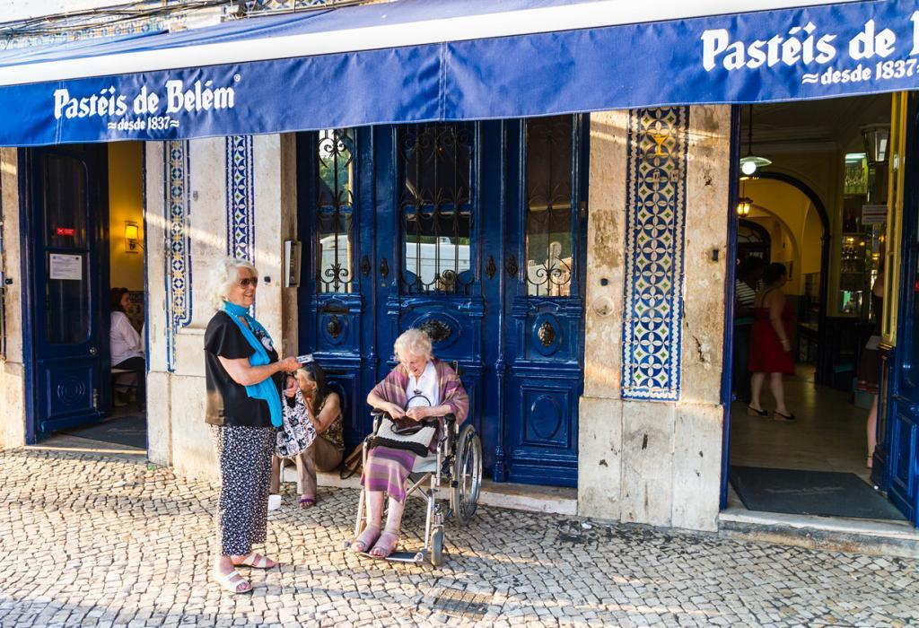 Португалия, Лиссабон. Кондитерская Pastéis de Belém. Заведение славится прежде всего Рецепт пирожными «Паштел де ната», которые именно здесь готовят по секретному оригинальному рецепту. (Max Bashirov)