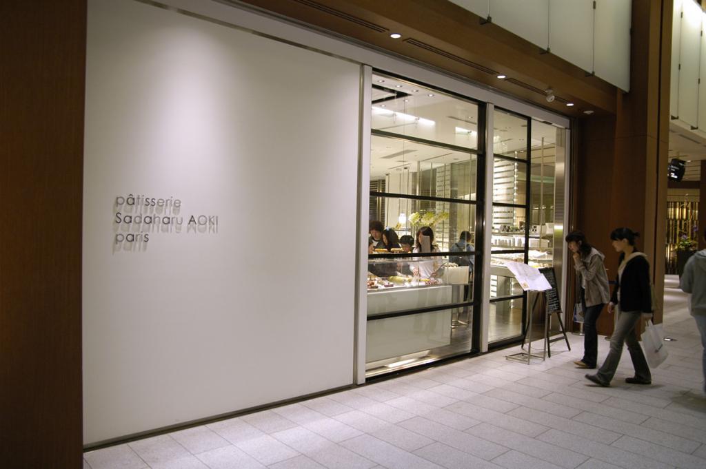 Кондитерская Садахару Аоки. Десерты заведения представляют собой фьюжн. Кондитер Садахару Аоки сумел создал целый ассортимент традиционных французских сластей с японской ноткой вкуса. К примеру, торт Опера «Зеленый чай». (Yuichi Sakuraba)