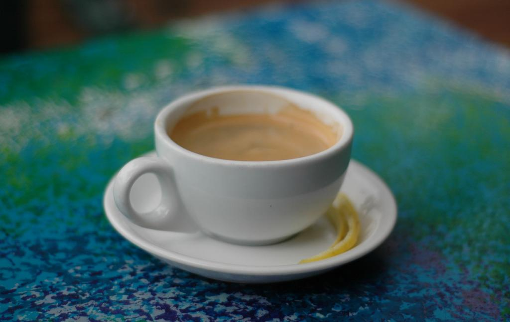 Эспрессо Романо — крепкий кофе с цитрусовым вкусом. Напиток родом из Италии. (David Sasaki)