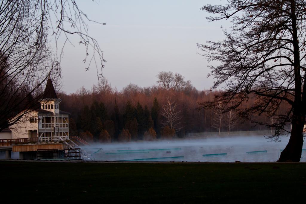 8 место. Венгрия, Хевиз. Термальное озеро Хевиз. Температура воды варьируется в зависимости от сезона (летом — 36 градусов, зимой — 24 градуса. (Gerwin Sturm)