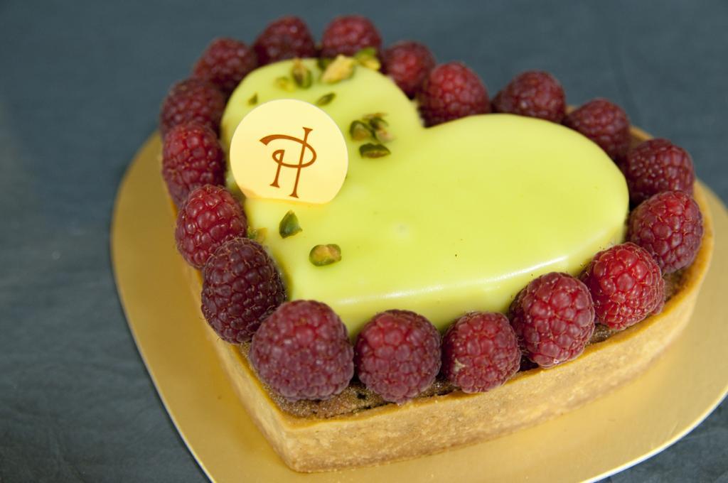 Кондитерская славится, прежде всего, десертом макарон со смелым сочетанием вкусов, к примеру, авокадо с шоколадом. (Yuichi Sakuraba)