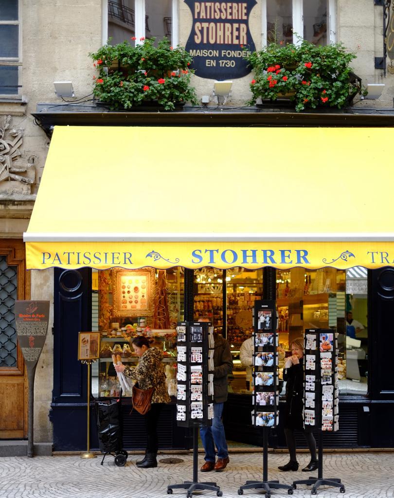 Кондитерская Pâtisserie Stohrer. Заведение славится, прежде всего, выпечкой — круассанами и ромовой бабой. (Edward Kimber)