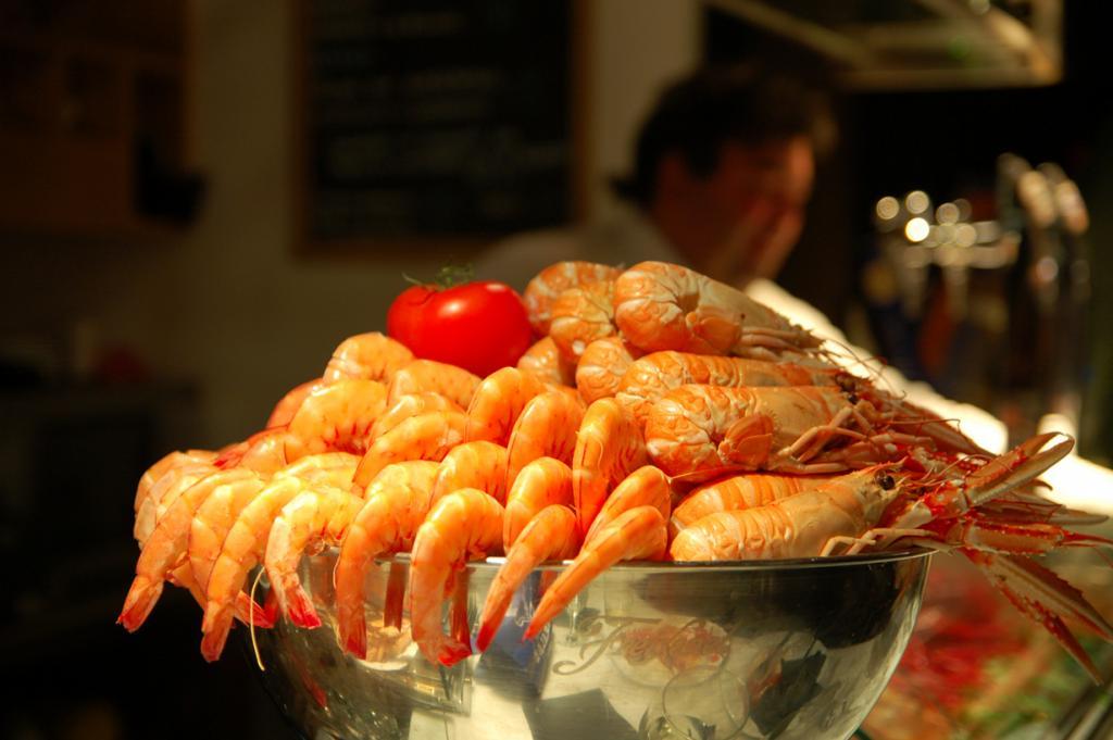 Сан-Мигель немного отличается от стандартных представлений о рынках. Здесь можно не только приобрести продукты высокого качества, но и воспользоваться услугами поваров, которые на месте приготовят блюда из ваших покупок. (Angela Rutherford)