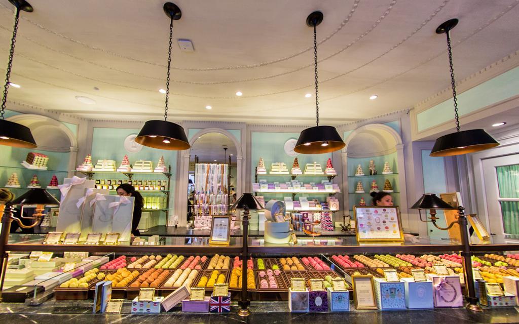 Кондитерская Ladurée. История заведения берет своё начало с 1862 года. Именно здесь в 1930 году впервые придумали склеивать два печенья между собой с помощью начинки, «дав жизнь» известному на весь мир десерту — макарону. (ehpien)