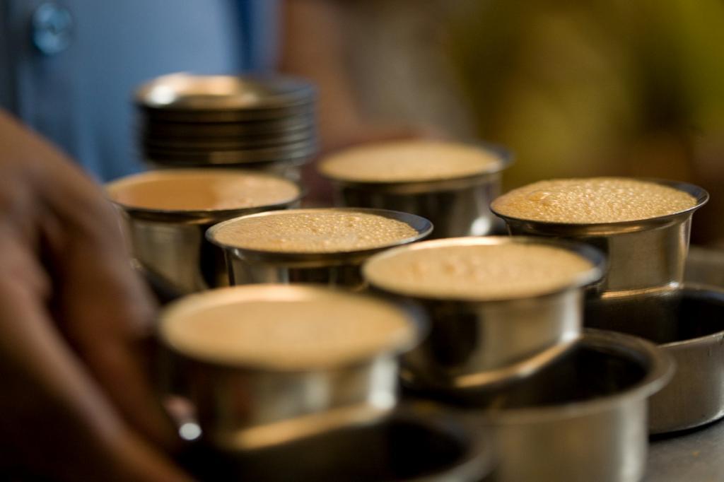 Мадрас кофе. Готовится напиток в специальном металлическом заварнике «давра». Кофе средне‑мелкого помола зажимается перфорированной крышкой и заливается кипятком на 5 минут. После добавляется горячее молоко и сахар. Затем готовую жидкость аэрируют и подают в металлических чашках. (Charles Haynes)