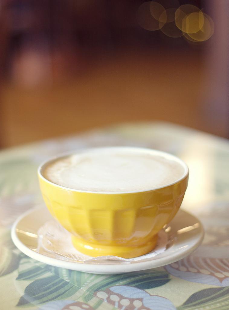 Кофе с молоком по-французски в соотношении 1:1. Подаётся в керамической чашке или чаше. (Siri Schwartzman)