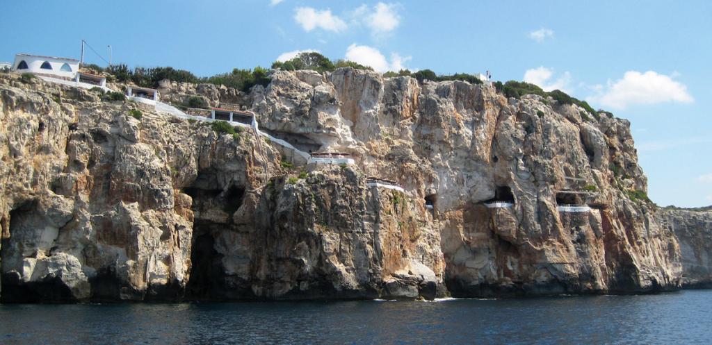 3 место. Испания. Бар-ресторан Cova d'en Xoroi примечателен прежде всего своим расположением. Все помещения заведения высечены прямо в скале над морем. Попивая прохладительные напитки посетители имеют возможность наблюдать за закатом. (MontanNito)