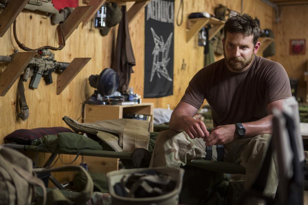Номинант на премию «Лучшая мужская роль» Брэдли Купер. Американский актёр, сыгравший Криса Кайла в фильме «Американский снайпер». (Кадр из фильма)