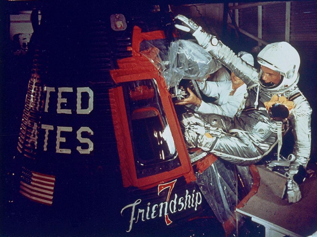 Астронавт Джон Гленн входит на борт капсулы «Friendship 7». Он стал первым американцем, совершившим орбитальный космический полёт. (NASA on The Commons)