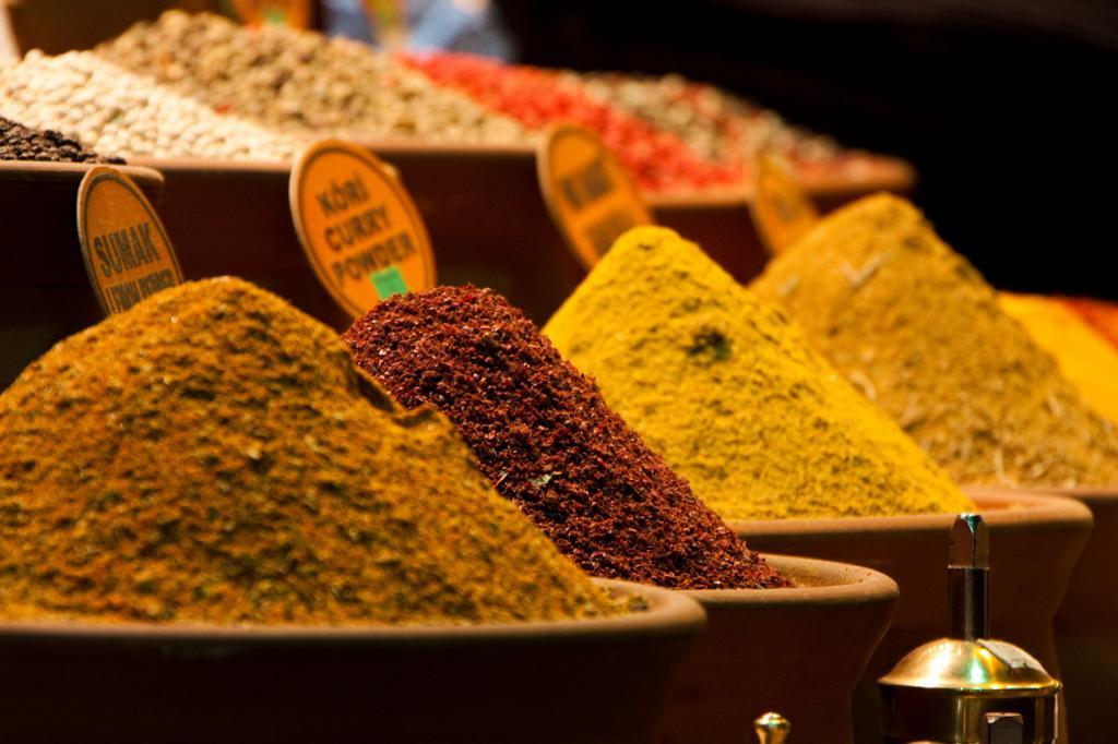 Основной ассортимент — специи, пряности, сладости, орехи и сухофрукты. (Héctor de Pereda)