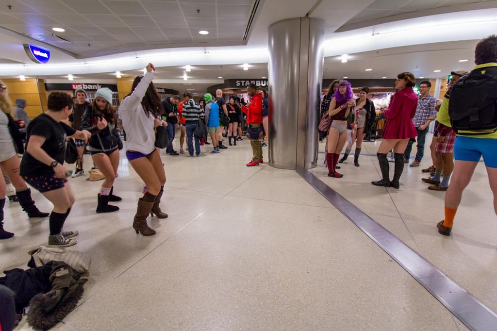 США. Сиэтл, Вашингтон. Во время флешмоба «В метро без штанов». (Atomic Taco)
