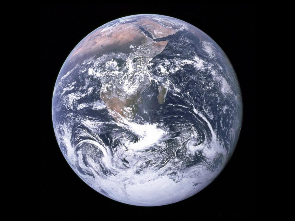 7 декабря 1972 года. «Синий марбл» — самый знаменитый снимок Земли. Фотография была сделана с космического корабля «Аполлон-17». Примечательно, что во время сьёмки эта сторона Земного шара была полностью освещена Солнцем. (NASA on The Commons)