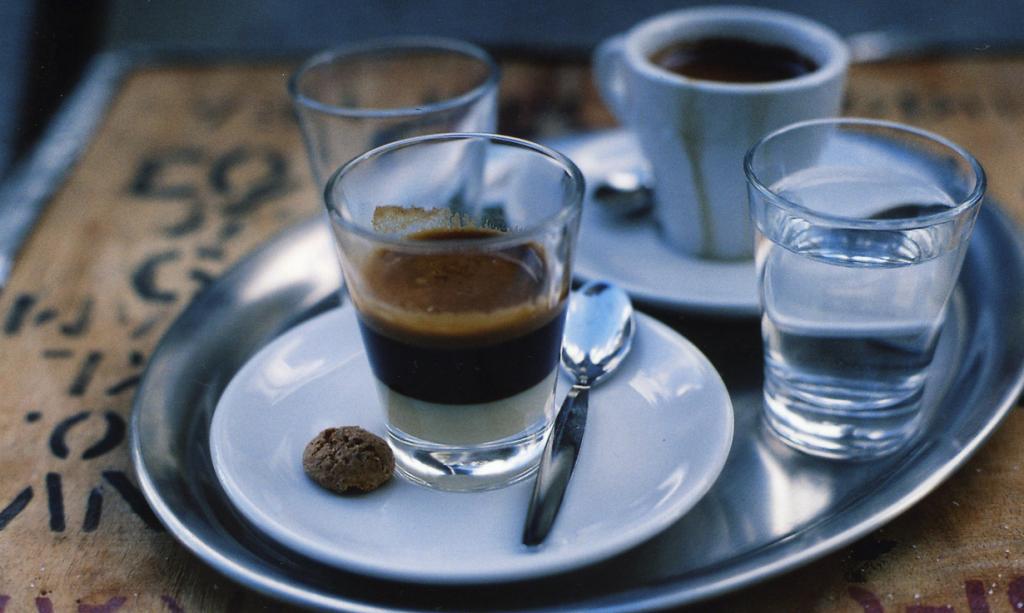 Кортадо — эспрессо с горячим молоком в пропорции 1:1. Подаётся в стеклянном стакане 150-200 мл. Напиток родом из Испании; популярен в Португалии и странах Латинской Америки. (minarai)