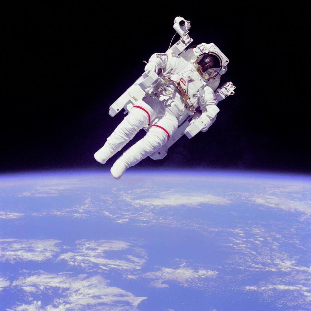 Астронавт НАСА Брюс Маккэндлесс II совершает выход в открытый космос с использованием установки для перемещения и маневрирования. Система УПМК даёт возможность космонавту перемещаться в невесомости вне космического корабля. (NASA on The Commons)