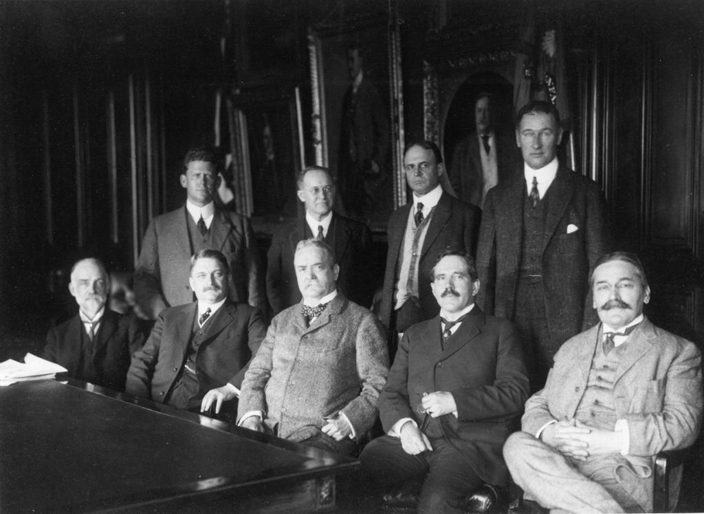 Первая встреча членов Национального совещательного комитета по аэронавтике (1915 год), которая в последствии была заменена на НАСА. (NASA on The Commons)