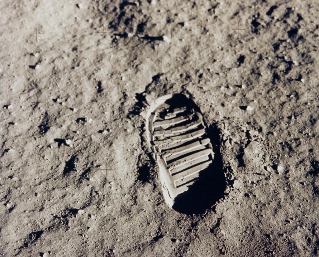 20 июля 1969 года. След Базза Олдрина на Луне. Астронавт сделал снимок отпечатка своего ботинка на лунной почве во время прогулки по спутнику Земли. Олдрин выполнял обязанности одного из членов экипажа миссии «Аполлон-11» — первую в истории человечества пилотируемую посадку на Луну. (NASA on The Commons)