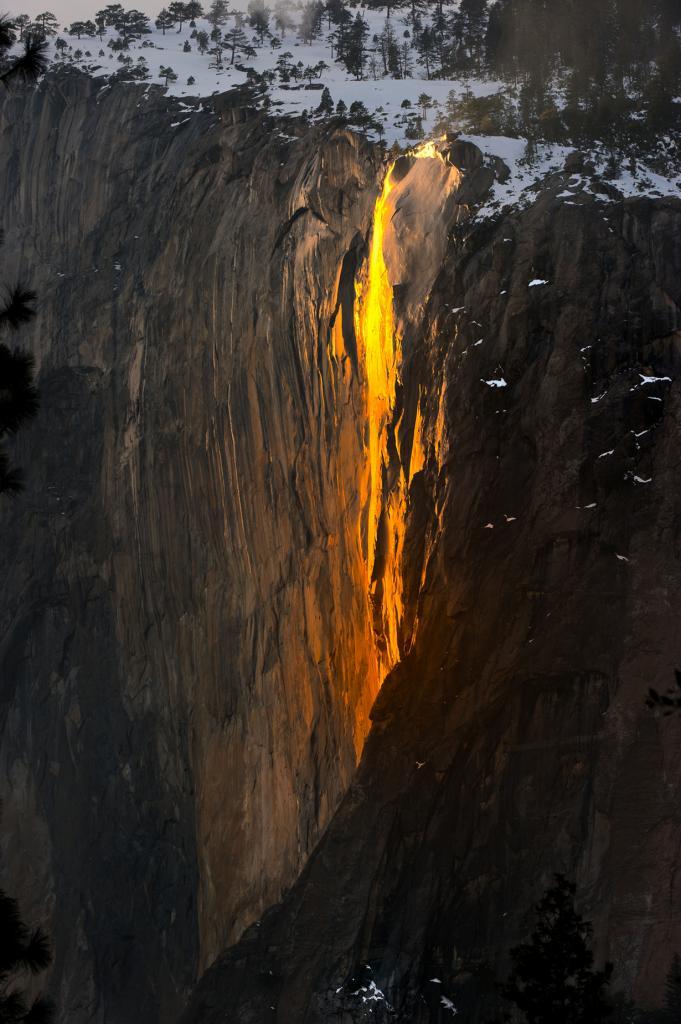 «Огненный водопад» — фокус природы, который можно наблюдать в феврале в Национальном парке Йосемити. На закате, водопад Лошадиный хвост отражает солнечный свет в красном диапазоне, создавая оптическую иллюзию потоков лавы. (Howard Ignatius)