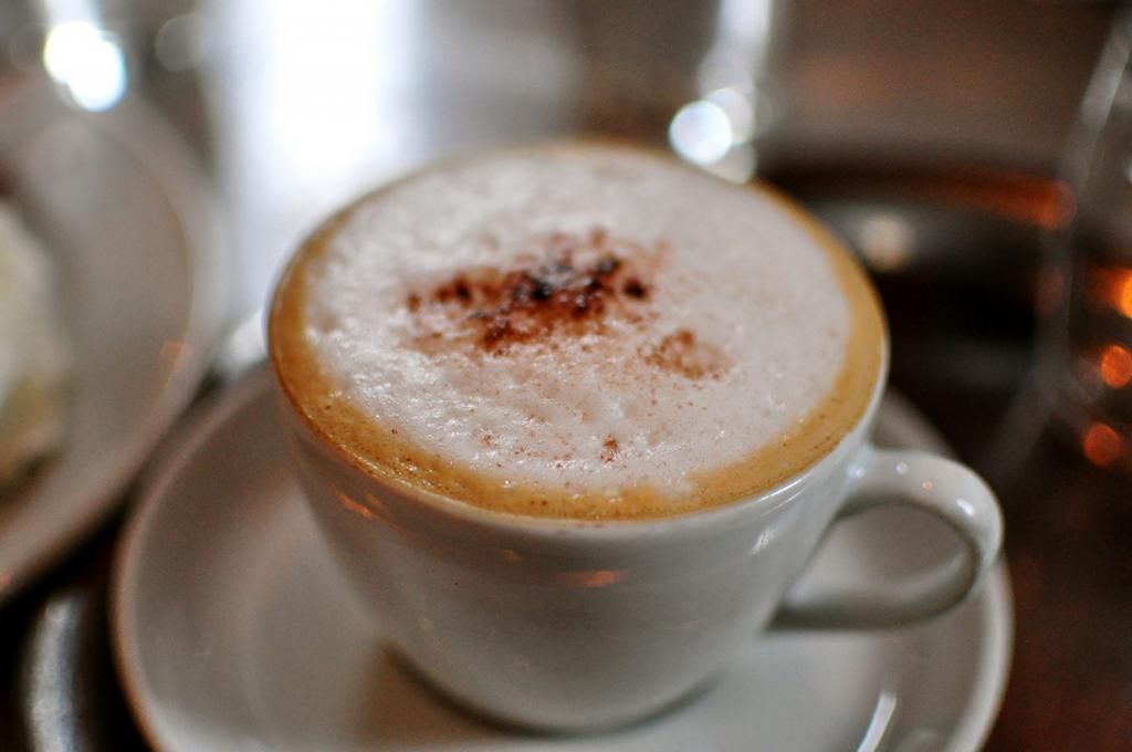 Венский меланж — эспрессо со вспененным молоком, украшенным какао. Напиток родом из Австрии. (Loretta Hui)