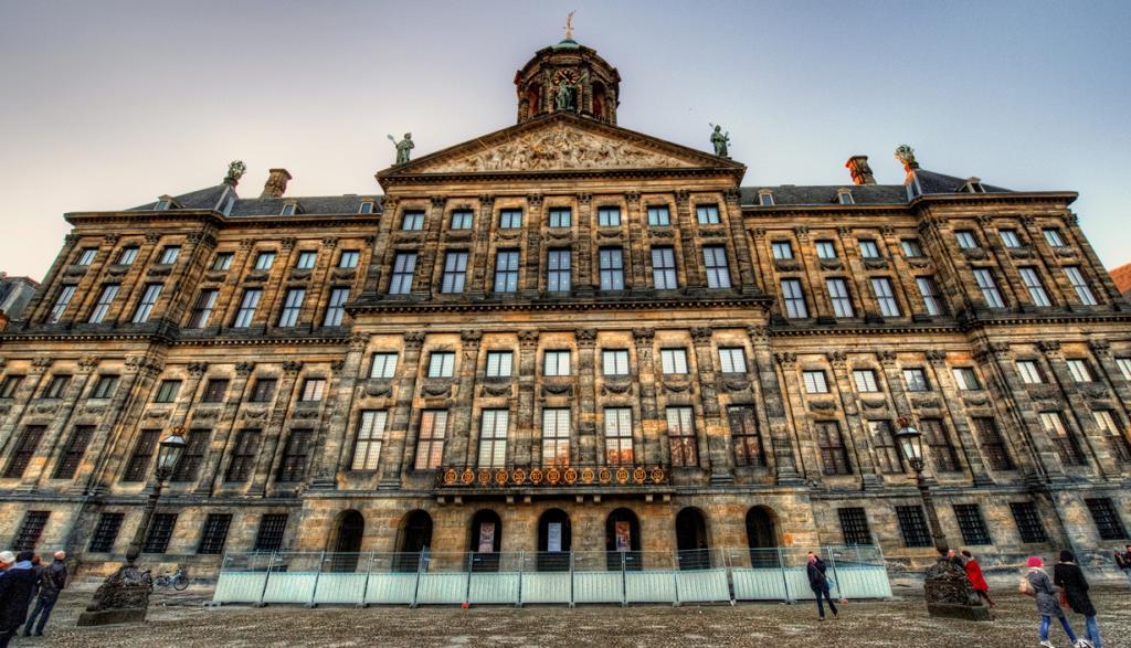 Нидерланды. Амстердам. Королевский дворец является одним из трёх дворцов короля Виллема-Александра. (Bernardo Contopoulos)
