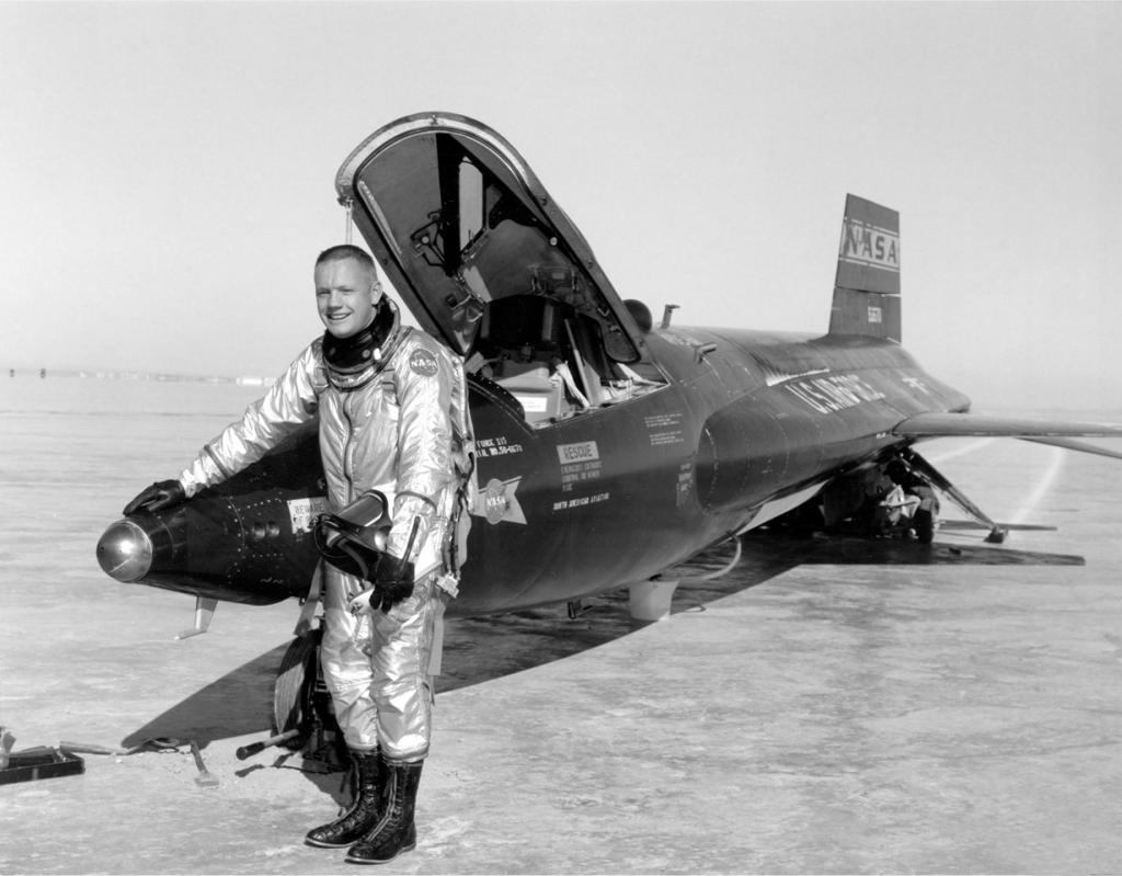 Нил Армстронг на фоне экспериментального ракетоплана North American X-15. Прежде чем стать космонавтом, Армстронг был лётчиком-испытателем, совершив семь полётов на ракетоплане. В этом качестве он так и не достиг отметки в пятьдесят миль, считавшуюся в ВВС США границей космоса. (NASA on The Commons)