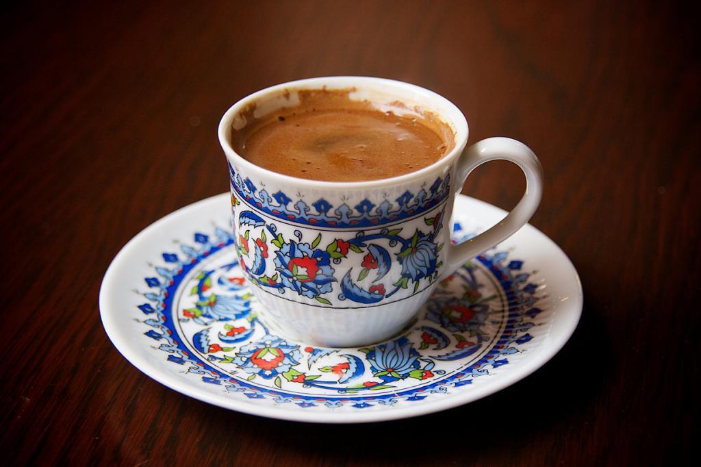 Кофе по-турецки. Напиток готовится в джезве — медной турке. Воду с кофе мельчайшего помола доводят до температуры кипения и после подъёма пенки и разливают по небольшим чашкам. Подаётся с лукумом или другими восточными сладостями. (Nico Kaiser)